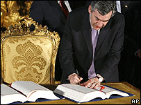 UK PM signing Treaty of Lisbon, 13 Dec 2007