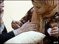 Women in Basra applying henna