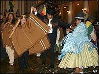 Morales baila con simpatizantes luego de recibir copia del proyecto de la Constitución