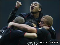 Man Utd's Anderson celebrates after Carlos Tevez's goal