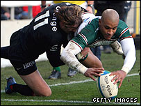 Tom Varndell evades the tackle of Cedric Heymans to score in the first half