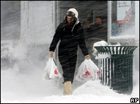 A woman struggles in the snow in Toronto (16 December 2007)