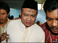 Zarkasih is escorted into the courtroom in Jakarta (17/12/2007)