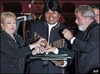 Chilean President Michelle Bachelet (left), Bolivian President Evo Morales (centre), Brazilian President Luiz Inacio Lula da Silva (right