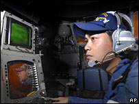Japan Maritime Self-Defense Force officer monitors screens at the Pacific Missile Range Facility on Kauai, Hawaii (18/12/2007)
