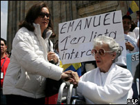 Yolanda Pulecio (l) and Clara Gonzalez, the mothers of abducted Colombian politicians Ingrid Betancourt and Clara Rojas at a protest against the Farc in Bogota (16 December 2007)