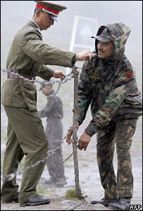 Indian and Chinese soldiers on the border between the two countries