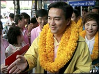 Democrat Party leader Abhisit Vejjajiva meets supporters in Bangkok (18/12/2007)