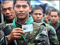 Thai soldiers queue at a polling station in Yala province to cast their advance vote  (15/12/2007)