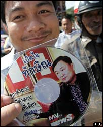 A supporter of People Power Party shows a VCD of exiled premier Thaksin Shinawatra in Bangkok  (20/12/2007)