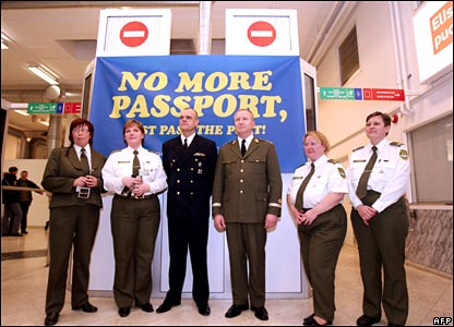 Boarder guards at a checkpoint in Tallinn, Estonia, mark the Schengen expansion on 20 December 2007