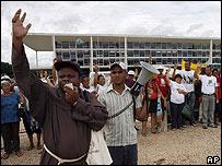 Padre Agnaldo en mítin de respaldo al obispo Luiz Flavio Cappio en Brasilia, 19 de dic. 2007
