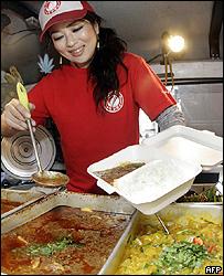 Vendedora callejera sirve carne de ballena en Tokio