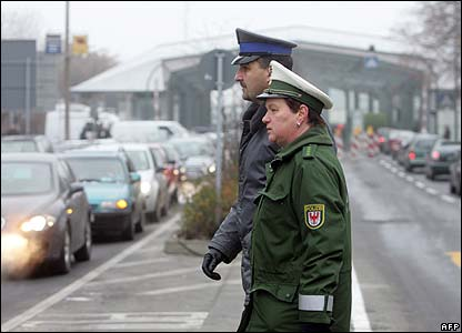 A German and a Polish border guard by the crossing point at Frankfurt/Oder