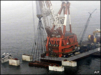 Ship lifts cage containing Nanhai 1 from the South China Sea (21 December 2007)