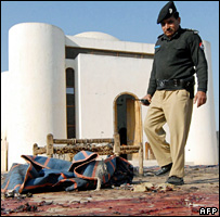 Pakistani police inspect the mosque in Charsadda (21 December 2007)