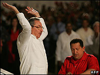 Raul Castro (l) and Hugo Chavez at the Petrocaribe summit