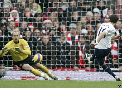 Robbie Keane´s spot-kick is saved by Manuel Almunia