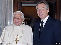 El Papa Benedicto XVI y Tony Blair en junio en el Vaticano
