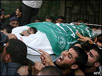 Palestinos en el funeral de un combatiente de Hamas, muerto en un ataque israelí