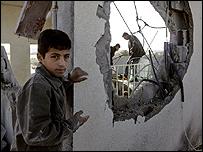 Un niño palestino frente a su casa destruida en un bombardeo israelí contra la Franja de Gaza
