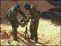 Combatientes palestinos preparando el lanzamiento de un cohete Qassam