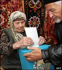 An elderly Uzbek woman casts her vote at her home in Tashkent (23/12/2007)