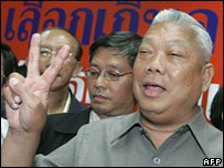 PPP leader Samak Sundaravej shows a victory sign after press conference at the party headquarters in Bangkok (23/12/2007)