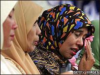Mujeres lloran en una ceremonia en Calang, Banda Aceh, Indonesia