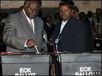 President Mwai Kibaki (l) casts his vote on 27 December 2007