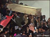 Seguidores cargan el féretro de Benazir Bhutto
