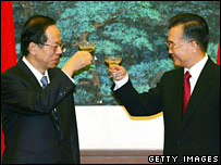 Japanese Prime Minister Yasuo Fukuda (L) and Chinese Premier Wen Jiabao raise their glasses after a signing ceremony in Beijing (28/12/2007)