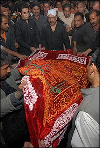 جثمان بوتو أثناء عملية الدفن