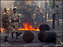 Pakistani soldiers patrol in Karachi, 28 December 2007
