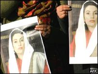 Mujeres sostiene afiche de Bhutto