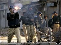 جندي يطلق قنبلة غاز في روالبندي