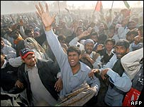Angry mourners at Benazir Bhutto's funeral