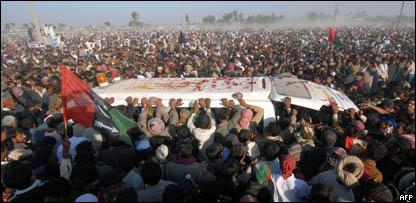 مئات الآلاف شيعوا بوتو إلى مثواها الأخير