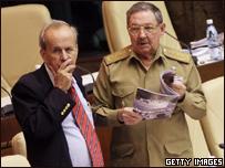 El presidente interino de Cuba Raúl Castro (der.)  y el presidente del parlamento, Ricardo Alarcón