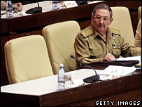 Raul Castro sits next to his brother's empty seat in the National Assembly (28 December 2007)