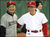 Chinese Premier Wen Jiabao (L) and Japanese Prime Minister Yasuo Fukuda (R) during their game of catch