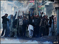 Police confront protesters in Pakistan