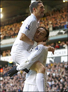 Keane congratulates Berbatov on his goal