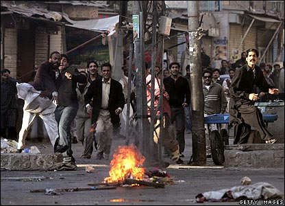 Pakistanis throw stones at police 29/12/07