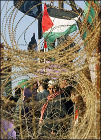 فلسطينيون يتظاهرون عند معبر رفح مطالبين بعودة الحجاج