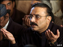 Asif Ali Zardari offers prayers at his wife's family home (29 December 2007)