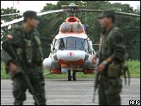 Policías colombianos vigilan un helicóptero venezolano en Villavicencio el 30 de diciembre