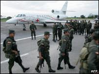 Policías colombianos desplegados frente a un avión Falcon venezolano en Villavicencio el 30 de diciembre