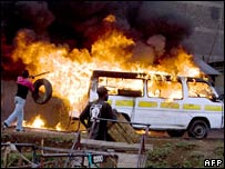 Opposition supporters set ablaze cars in Nairobi. Photo: 30 December 2007