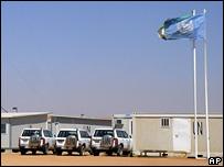 Veh�culos de la ONU en las afueras de la sede de UNAMID en El-Fasher, Darfur